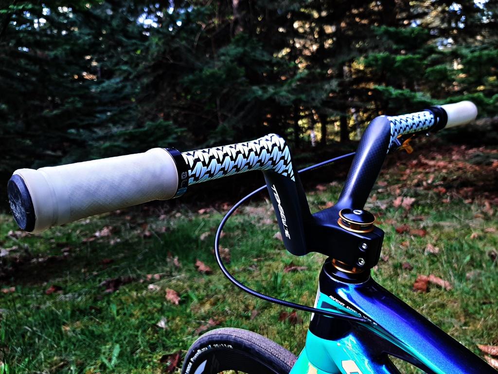 Bombshell Carbon Bars, stem