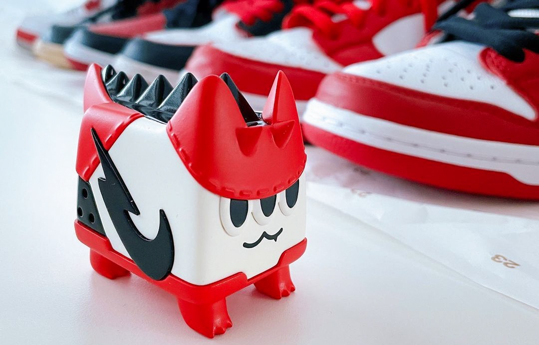 Sneaker Dino Cat art toy
